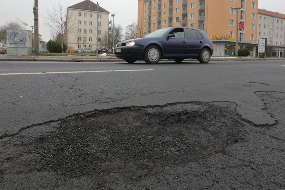 Mehr Loch als Straße: Dieses Schlagloch ärgert Autofahrer auf  der Pillnitzer Straße.
