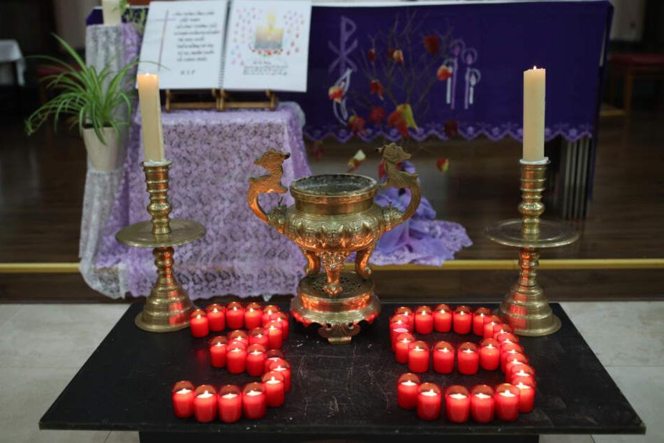 """Brennende Kerzen formen die Zahl 39, während einer Mahnwache in der vietnamesischen Kirche """"The Holy Name and Our Lady of the Sacred Heart"""" im Osten Londons."""