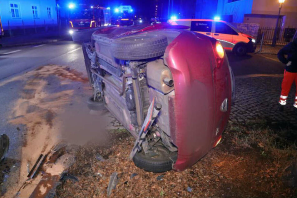 Der rote Ford Ka auf der Seite liegend. Beide Insassen sollen wohl lediglich mit leichten Verletzungen davongekommen sein.