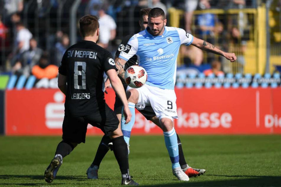 Thilo Leugers (l) und Sascha Mölders kämpfen um den Ball.