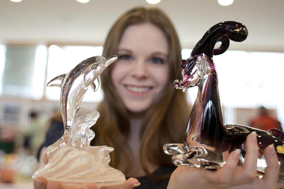 Eine Verkäuferin mit zwei Tierfiguren auf einem Trödelmarkt. Am Dienstag verraten Experten im Grassi Museum, wie kostbar Trödelmarkt-Schnäppchen sind.