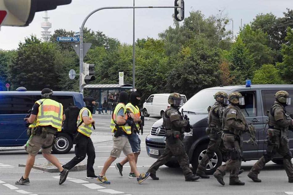 Polizisten eilten zum Tatort, nachdem Schüsse fielen.