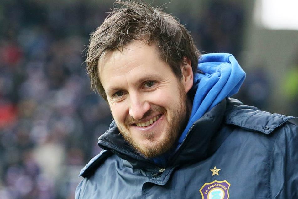 Hannes Drews wird weiter Trainer in Aue bleiben.