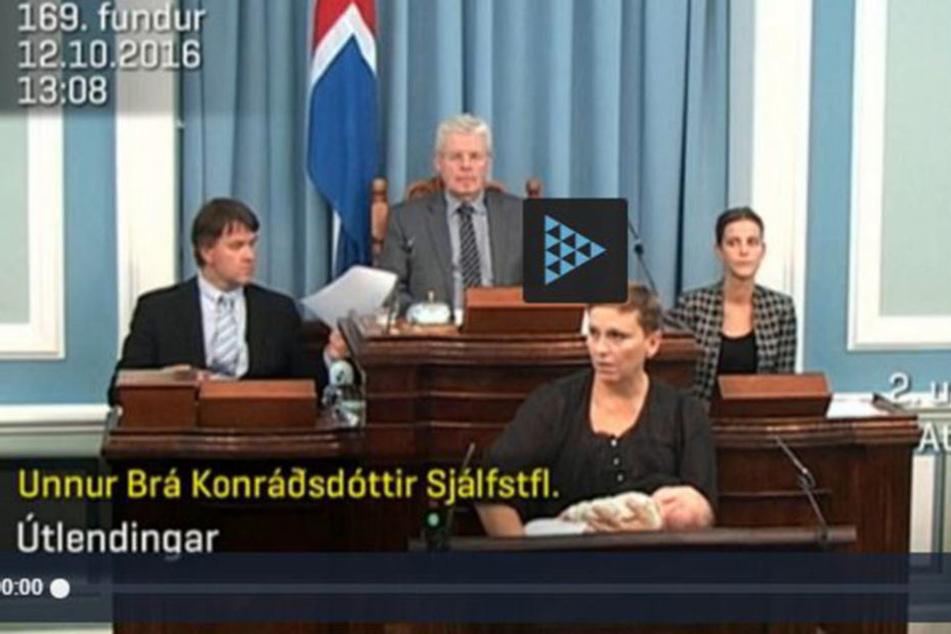 Die Isländerin stillt ihr Neugeborenes während einer Rede im Parlament.