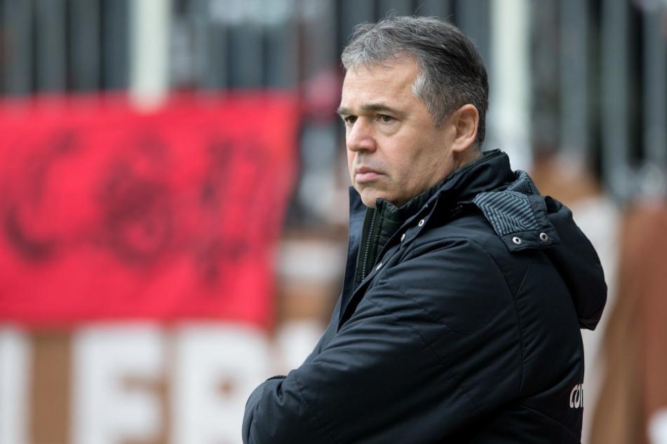 Der Sportchef von St. Pauli, Andreas Rettig, ist gerade alles andere als amused.