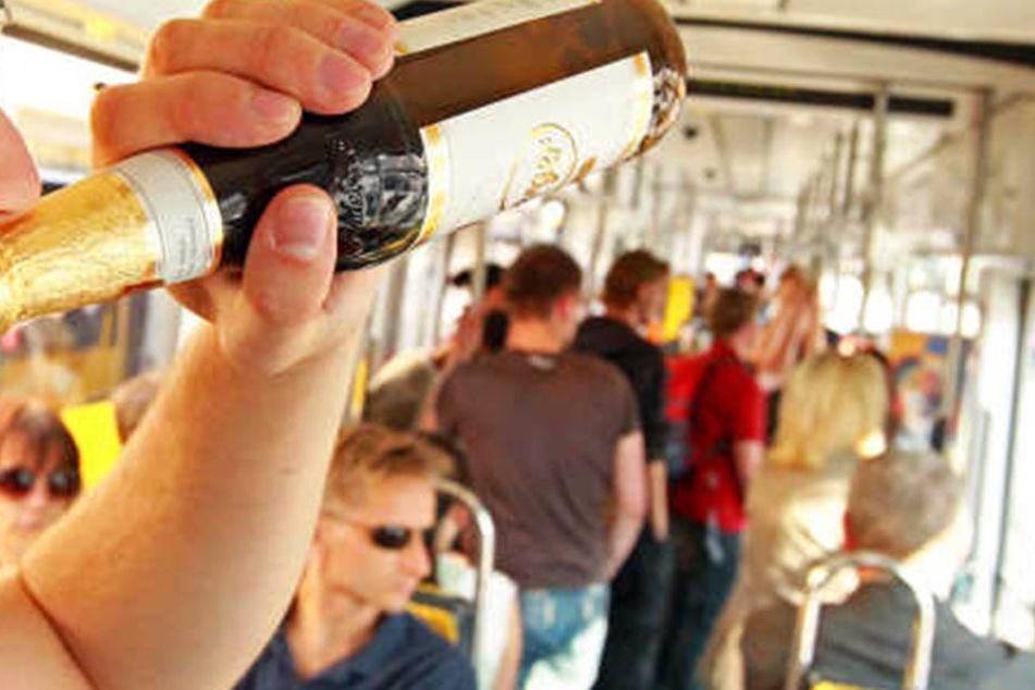 Das Bier in der Bahn ist verboten. Die Dresdner Verkehrsbetriebe appellieren an ihre Fahrgäste.