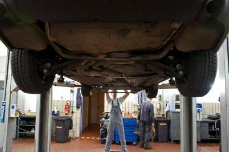 Auto fällt von Hebebühne und tötet Arbeiter