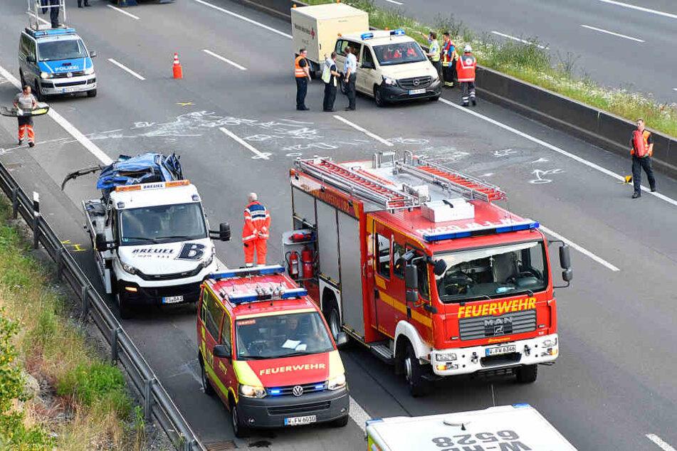 Die Feuerwehr bei den Aufräumarbeiten nach dem tödlichen Unfall.