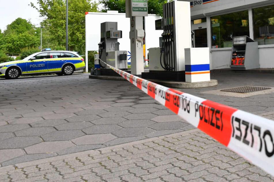 Ein Polizeiauto steht an der Tankstelle in Hamburg-Hausbruch.