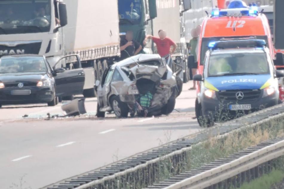 Die A38 ist südlich von Leipzig nach einem schweren Unfall mit mehreren Fahrzeugen voll gesperrt.