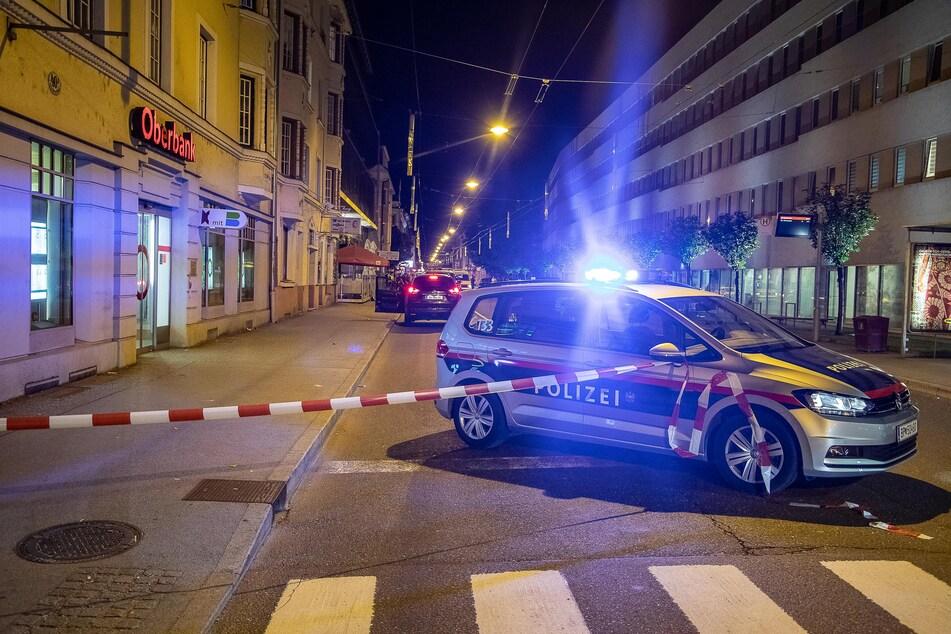 04.06.2019, Österreich, Salzburg: Bild vom Tatort. In der Nacht wurde der Mann auf einem Gehsteig vor einem Lokal tot aufgefunden.