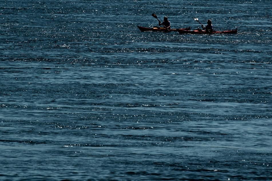 Am Dienstagnachmittag sind zwei junge Männer (17, 19) mit ihrem Kajak auf dem Rhein gekentert. Die Feuerwehr musste sie aus dem eiskalten Wasser retten (Archivbild).