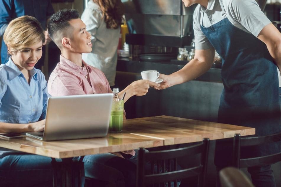 Attraktive Restaurant-Bedienung löst riesige Debatte in China aus