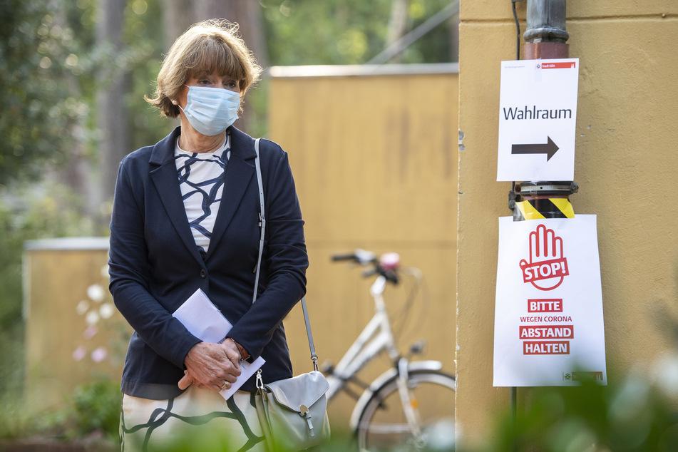 Mit Mundschutz wartete Henriette Reker (parteilos), Oberbürgermeisterin von Köln, in der vergangenen Woche vor dem Wahllokal, um ihre Stimme für die Kommunalwahl abzugeben.
