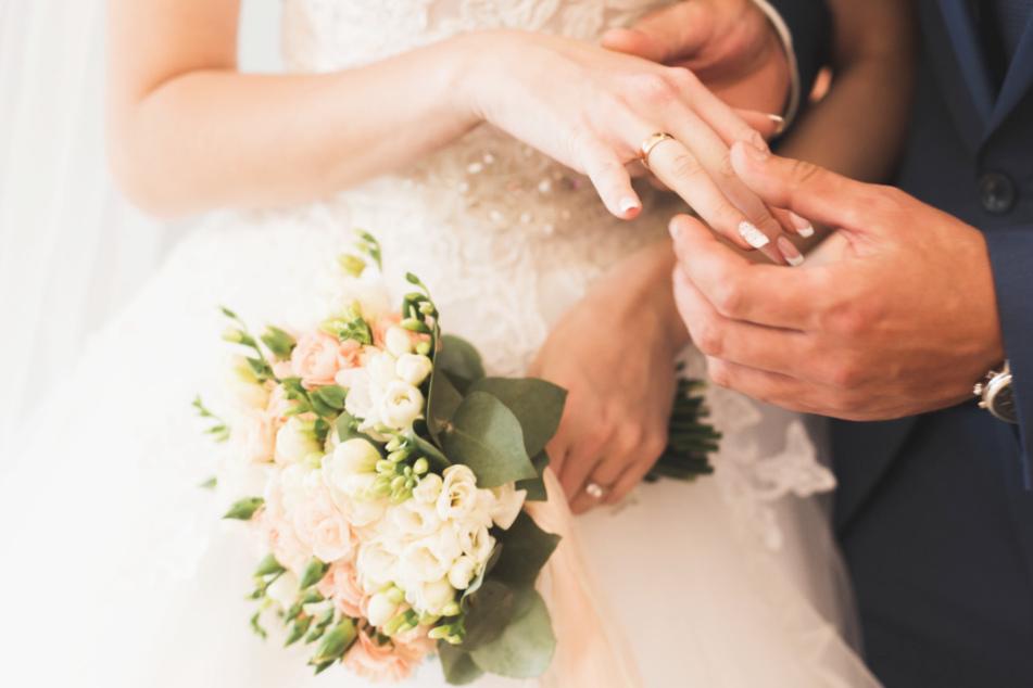 Völlig fremde Singles heiraten? Ihr könnt live vor dem TV dabei sein!