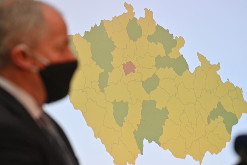 Roman Prymula, der Gesundheitsminister von Tschechien, steht Ende September vor einer Karte seines Landes, auf der die Corona-Warnstufen der einzelnen Landesteile zu erkennen sind.