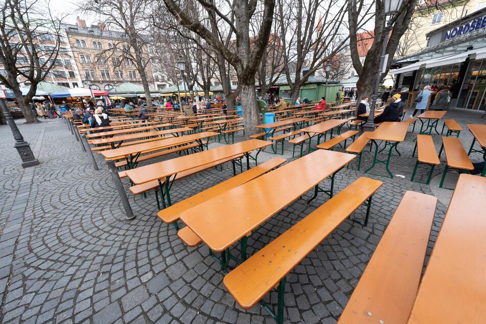 Der um die Mittagszeit ansonsten gut besuchte Biergarten auf dem Viktualienmarkt wird nur schwach frequentiert.