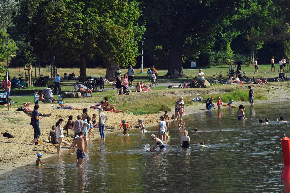 Badegäste kühlen sich in der Saale ab. In der Stadt Halle stiegen zuletzt die Corona-Infektionszahlen wieder an.