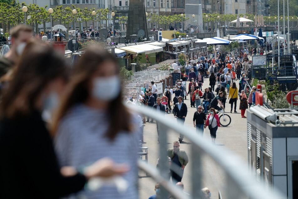 Ab Montag müssen Menschen in Nordrhein-Westfalen voraussichtlich keine Masken mehr im Freien tragen - mit gewissen Ausnahmen.
