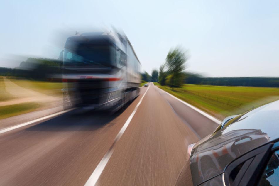 Pkw überholt zwei Lkw, doch dann kommt plötzlich Gegenverkehr