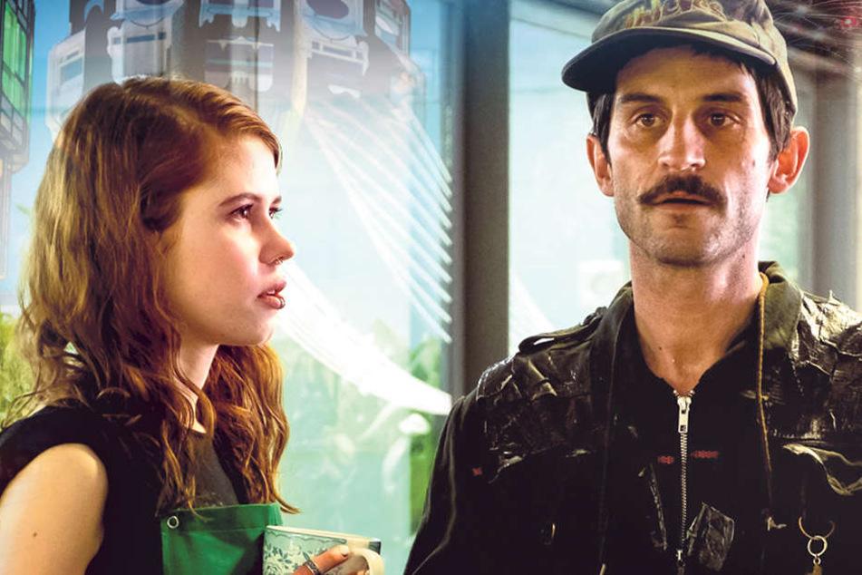 Alltag im U-Bahnhof: Der verschrobene Harbinger (Christoph Bach) lässt auch Blumenverkäuferin Romy (Luise Aschenbrenner) nicht an sich heran.