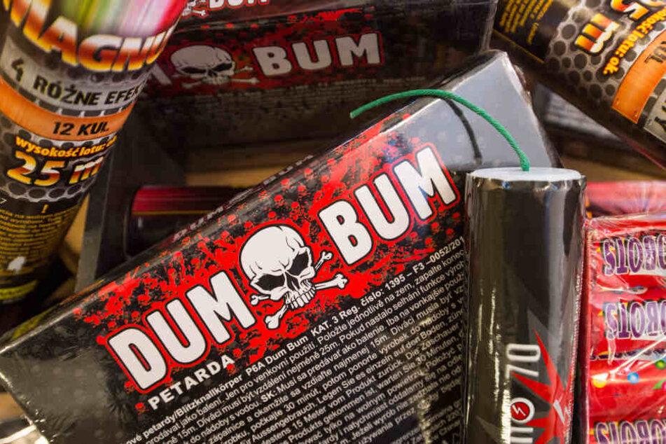 """Der Zoll fand bei zwei Männern aus dem Erzgebirge 328 """"Dum Bum""""-Böller."""