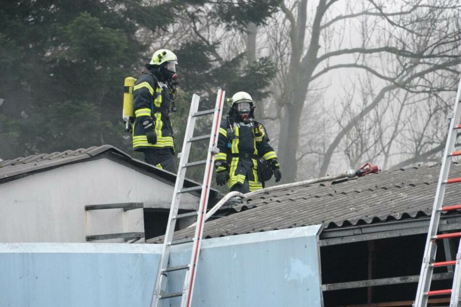 Mit Atemschutzmasken arbeiteten die Einsatzkräfte.