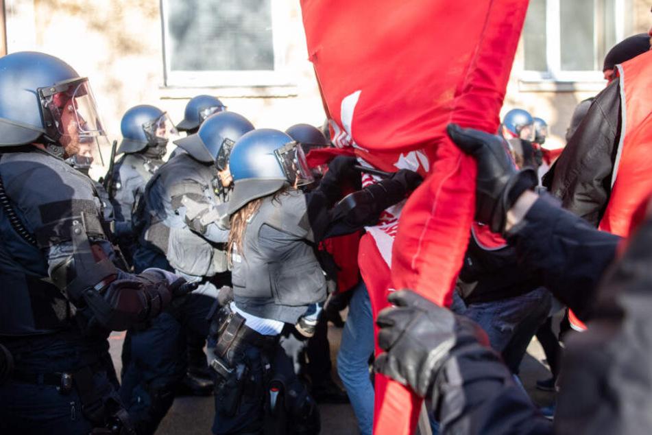Polizisten schieben Demonstranten zur Seite.