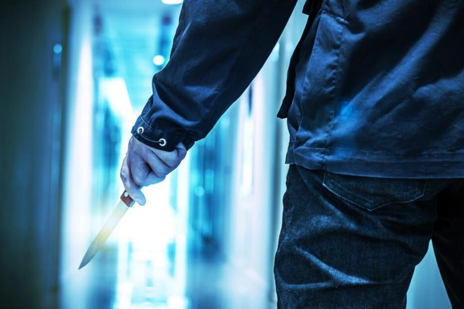 Der ältere Mann griff zum Messer und stach auf den jüngeren ein. (Symbolbild)