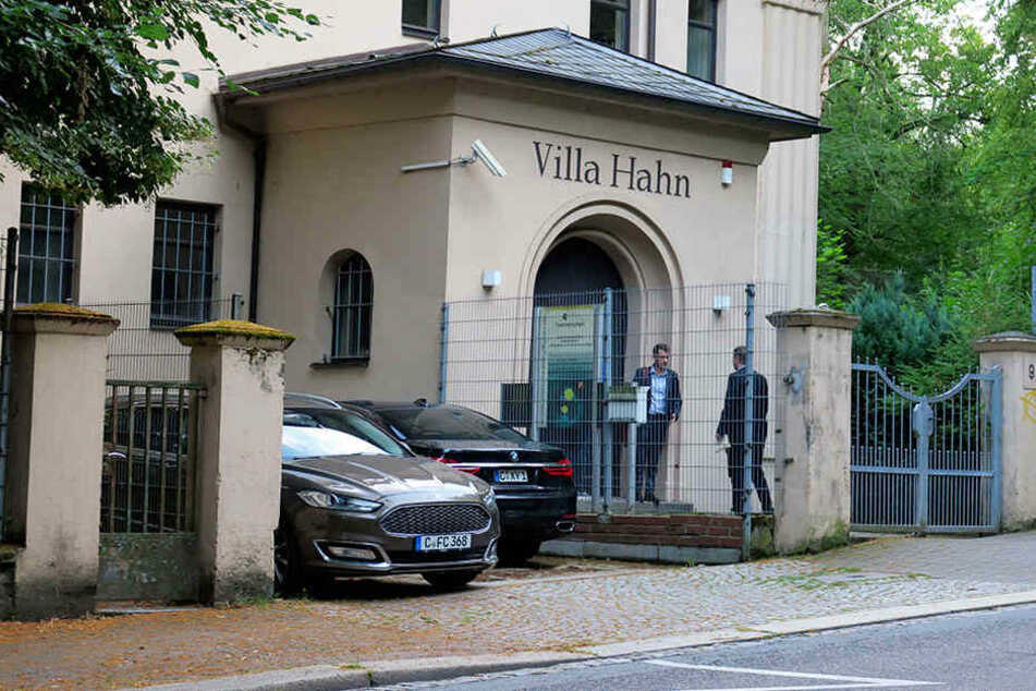 """In der """"Villa Hahn"""", dem Firmensitz von community4you, trafen sich Teile des Vorstands, Aufsichts- und Ehrenrats zur Krisensitzung."""