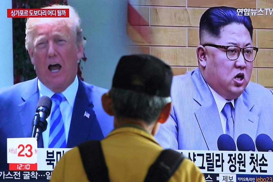 Donald Trump, Präsident der USA, und Kim Jong Un, Machthaber in Nordkorea, sind während einer Nachrichtensendung auf einem TV-Bildschirm zu sehen.