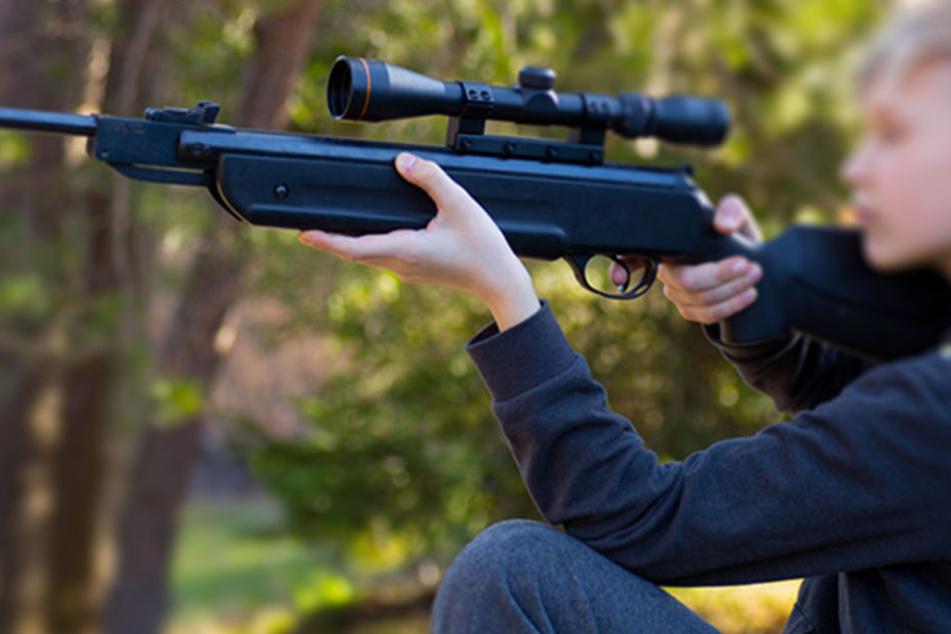 Offenbar wollte der Jugendliche mit seiner Waffe Eindruck schinden. (Symbolbild)
