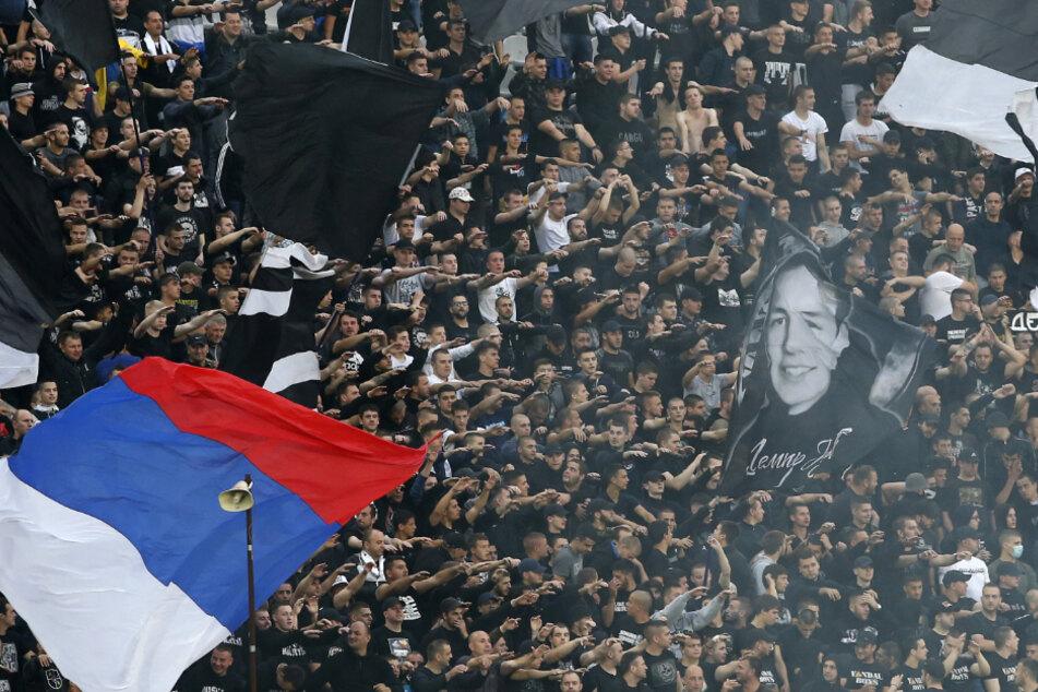 Partizan-Fans feuern ihre Mannschaft vor dem Halbfinalspiel des serbischen Nationalpokals zwischen Partizan und Roter Stern an.