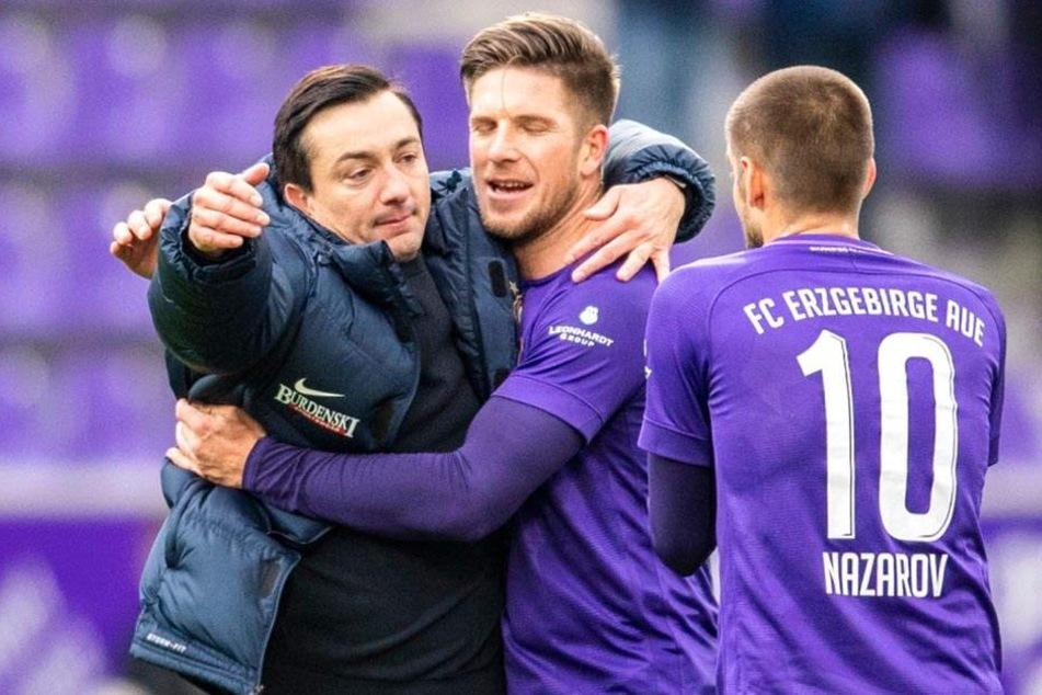 FCE-Trainer Daniel Meyer (l.) feierte mit Dennis Kempe und Dimitrij Nazarov.