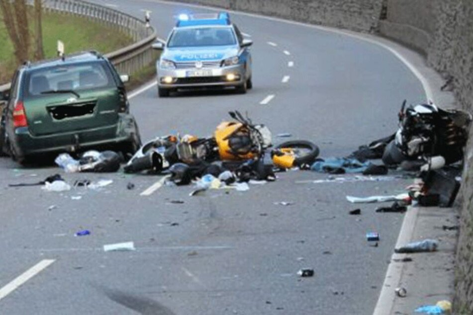 Die Unfallstelle ist ein Trümmerfeld. Beide Motorräder wurden beim Aufprall vollkommen zerstört.