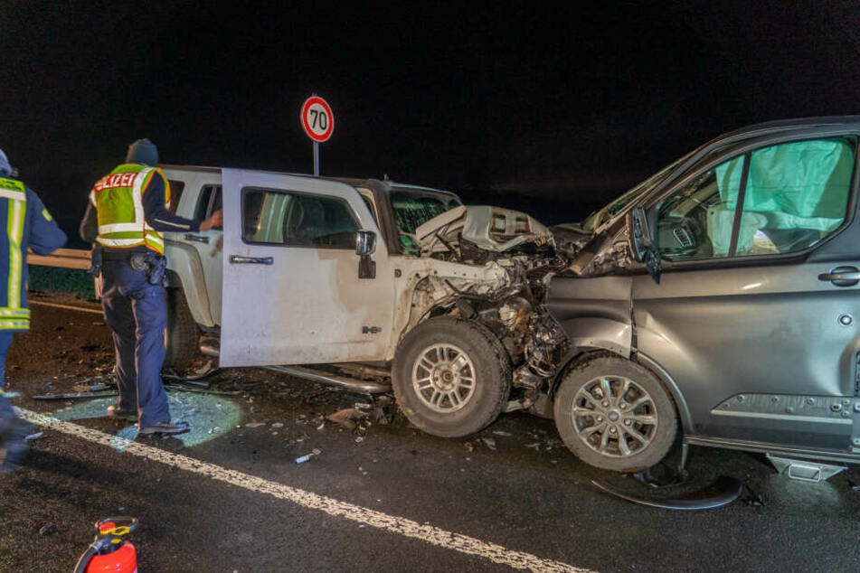 Hummer rast frontal in Gegenverkehr, drei Menschen schwer verletzt