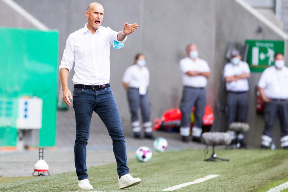 FCA-Coach Heiko Herrlich (48) geht an der Seitenlinie durchaus emotional mit, strahlt davon abgesehen aber auch Ruhe und Gelassenheit aus.