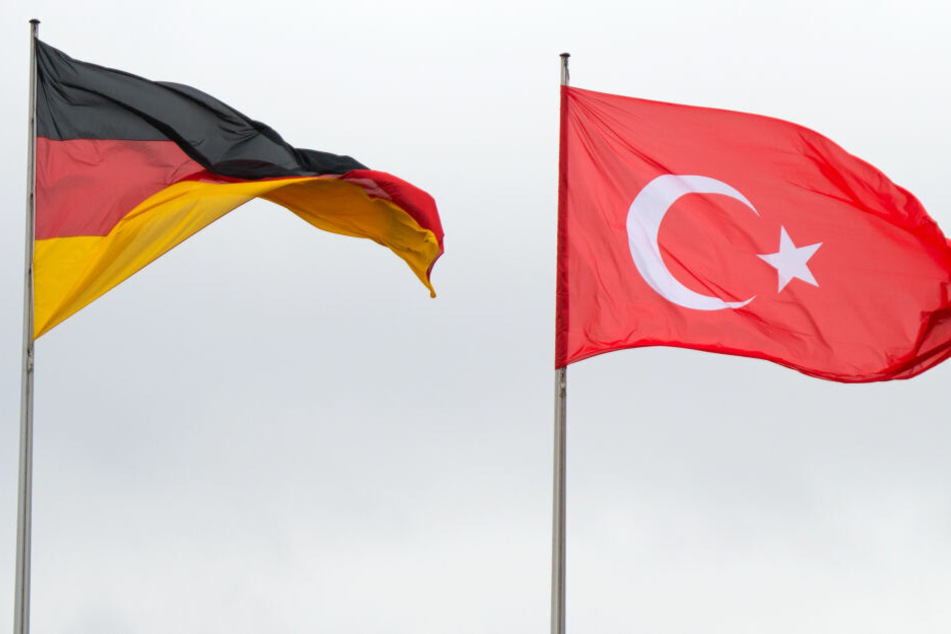 Die deutsche und türkische Flagge im Wind.