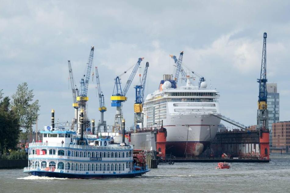 """Die """"MS Europa 2"""" im Hamburger Hafen."""
