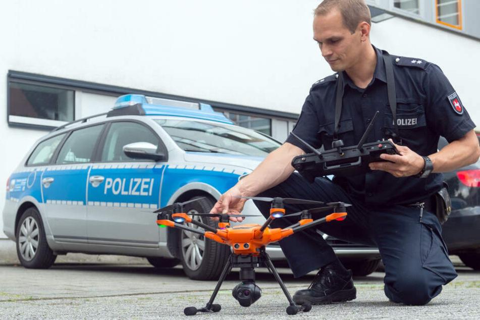 Ein Drohnenpilot der Polizei kontrolliert bei einem Pressetermin eine Drohne.