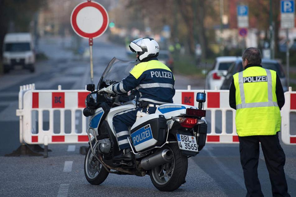 Polizisten sperren in Potsdam (Brandenburg) eine Straße am Hauptbahnhof.