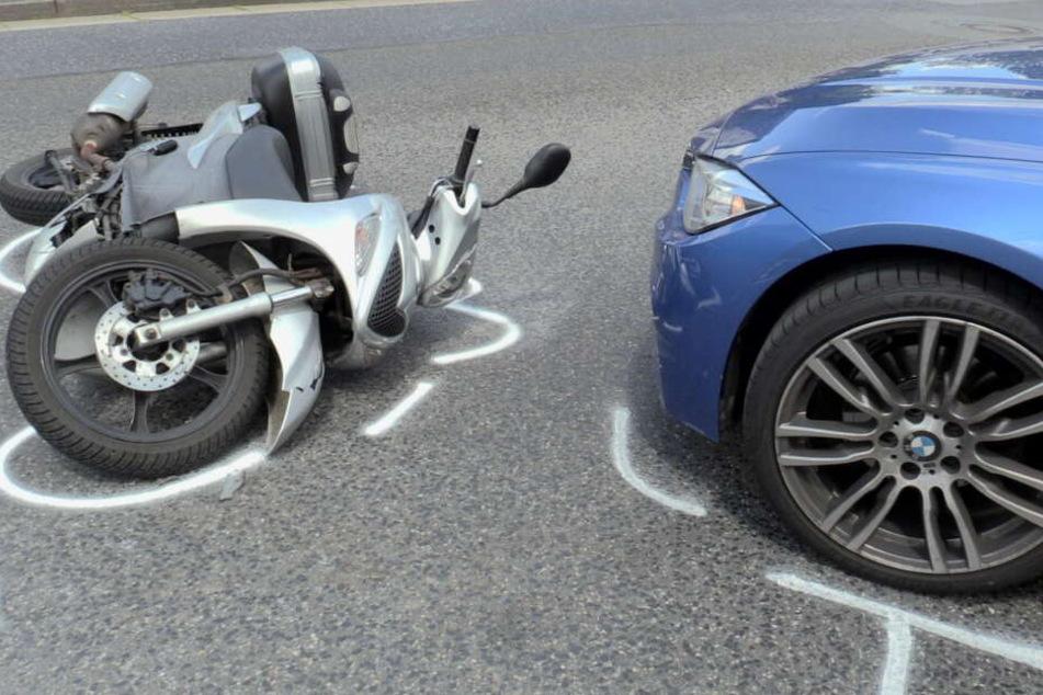 Der Motorroller und der BMW am Unfallort.