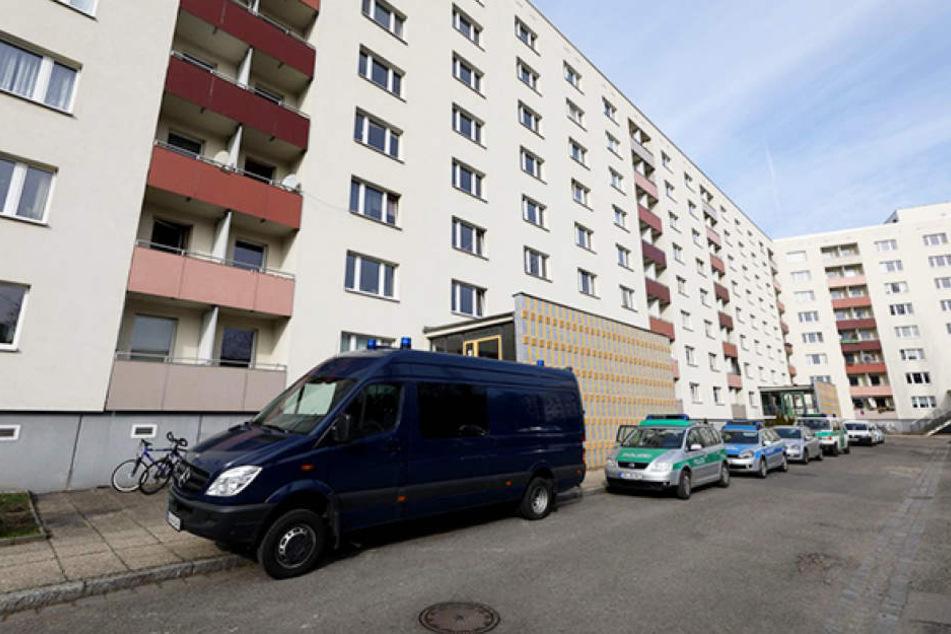 In einer Wohnung an der St. Petersburger Straße wurde am Donnerstag eine Leiche geborgen.