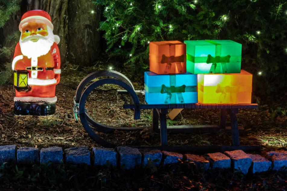 Auch Weihnachtsmann und Geschenkeschlitten leuchten in bunten Farben.