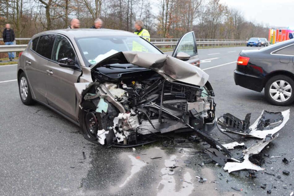 Das entgegenkommende Auto wurde bei dem Zusammenstoß stark zerstört.