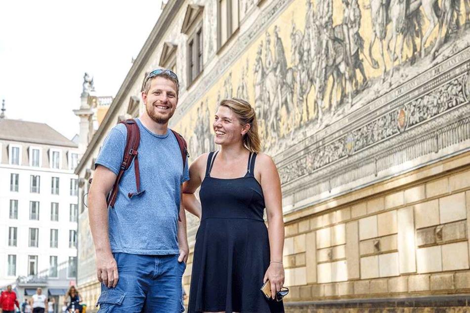 Harry Haywood (38) und Julia Haigh (33) aus Soltau kamen von Prag aus mit dem Rad nach Dresden.