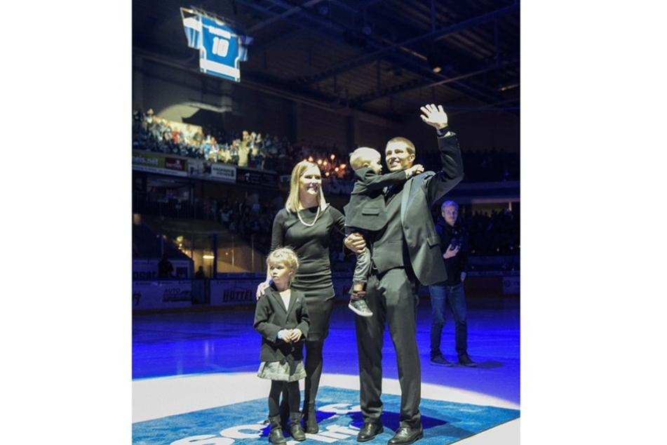 Sami Kaartinen verabschiedete sich mit Frau und seinen Kindern von den Fans.