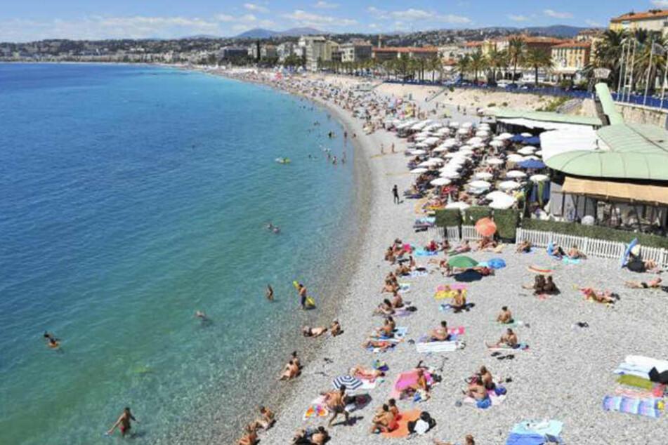 An diesem beliebten Strand in Nizza musste sich eine 34-jährige Mutter vor allen Augen entkleiden.