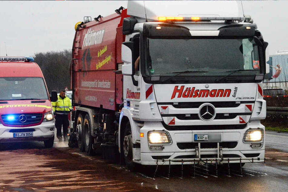 Mittels diesen Trucks wurde die Autobahn gereinigt.