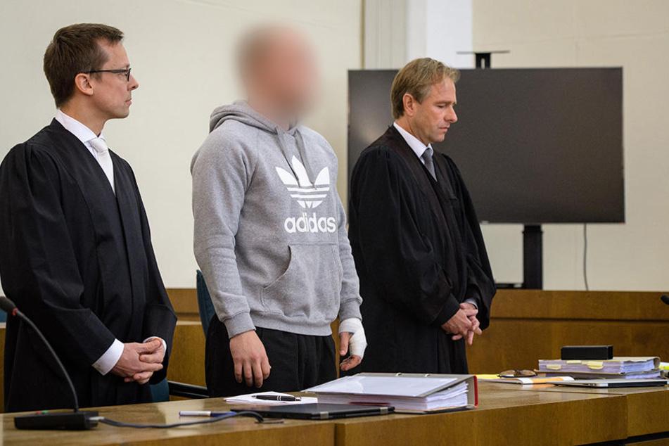 Der wegen Mordes angeklagte Dominik R. (M) beim Prozessauftakt am 22.08.2017. Daneben seine Rechtsanwälte Thomas Krimmel (r) und Holm Putzke.